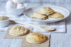 Πίτες χεριών της Apple με τα αυγά και την ακατέργαστη ζάχαρη Στοκ Εικόνες