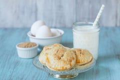 Πίτες χεριών της Apple με το γάλα και τα αυγά και την ακατέργαστη ζάχαρη Στοκ Εικόνα