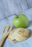 Πίτες χεριών της Apple με Spatula και τα πράσινα φρούτα Στοκ Εικόνες