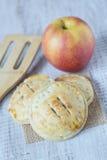 Πίτες χεριών της Apple με Spatula Στοκ εικόνες με δικαίωμα ελεύθερης χρήσης