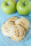 Πίτες χεριών της Apple στο παλαιό πιάτο γυαλιού Στοκ Εικόνες