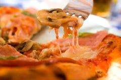 πίτσα δαγκωμάτων Στοκ εικόνα με δικαίωμα ελεύθερης χρήσης