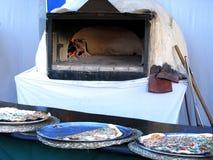 Πίτσα ενός ξύλινου καίγοντας φούρνου Στοκ φωτογραφία με δικαίωμα ελεύθερης χρήσης