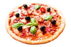 Πίτσα ζαμπόν, ντοματών και τυριών που απομονώνεται στο άσπρο υπόβαθρο καυτός Στοκ φωτογραφία με δικαίωμα ελεύθερης χρήσης