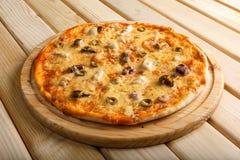 Πίτσα θαλασσινών Με τις γαρίδες, τα μύδια και τις ελιές Στοκ φωτογραφία με δικαίωμα ελεύθερης χρήσης
