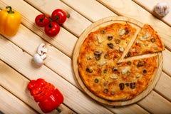 Πίτσα θαλασσινών Με τις γαρίδες, τα μύδια και τις ελιές Στοκ Εικόνες