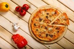 Πίτσα θαλασσινών Με τις γαρίδες, τα μύδια και τις ελιές Στοκ εικόνες με δικαίωμα ελεύθερης χρήσης