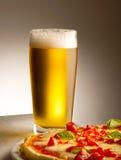 Πίτσα και μπύρα Στοκ εικόνες με δικαίωμα ελεύθερης χρήσης