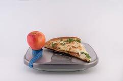 Πίτσα και Apple στις κλίμακες Στοκ φωτογραφία με δικαίωμα ελεύθερης χρήσης