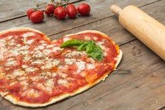 πίτσα καρδιών που διαμορφώ Στοκ Φωτογραφία