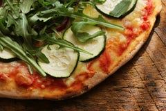 Πίτσα κολοκυθιών Vegan σε έναν αγροτικό τέμνοντα πίνακα στο σκοτεινό ξύλινο υπόβαθρο τρόφιμα υγιή Στοκ Εικόνα
