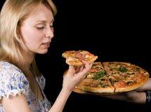 πίτσα κοριτσιών στοκ εικόνες με δικαίωμα ελεύθερης χρήσης