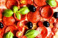 Πίτσα κρέατος με το ζαμπόν, Pepperoni και το μπέϊκον σε ένα μαύρο υπόβαθρο Στοκ Εικόνες