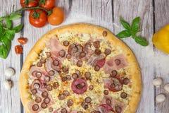 Πίτσα κρέατος με το υπόβαθρο στοκ φωτογραφία