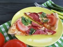 Πίτσα με ένα γεύμα δικράνων μαχαιριών λουκάνικων σε έναν ξύλινο Στοκ Εικόνα