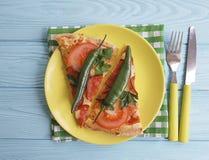 Πίτσα με ένα ιταλικό λαχανικό γευμάτων δικράνων μαχαιριών τροφίμων λουκάνικων σε έναν ξύλινο Στοκ Εικόνα