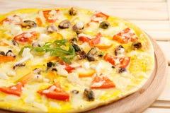 Πίτσα με τα θαλασσινά στον ξύλινο πίνακα Στοκ φωτογραφίες με δικαίωμα ελεύθερης χρήσης