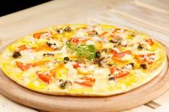 Πίτσα με τα θαλασσινά στον ξύλινο πίνακα Στοκ Εικόνες