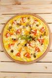 Πίτσα με τα θαλασσινά στον ξύλινο πίνακα Στοκ Φωτογραφίες