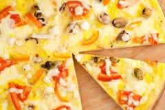 Πίτσα με τα θαλασσινά στον ξύλινο πίνακα Στοκ φωτογραφία με δικαίωμα ελεύθερης χρήσης
