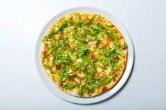 Πίτσα με τα θαλασσινά και arugula στο λευκό Στοκ εικόνες με δικαίωμα ελεύθερης χρήσης