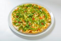 Πίτσα με τα θαλασσινά και arugula στο λευκό Στοκ Φωτογραφίες