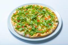 Πίτσα με τα θαλασσινά και arugula στο λευκό Στοκ φωτογραφία με δικαίωμα ελεύθερης χρήσης