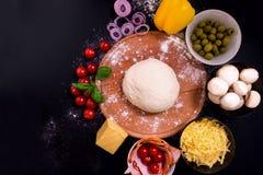 Πίτσα με τα λαχανικά και τα καρυκεύματα κρέατος σε ένα μαύρο υπόβαθρο με το διάστημα αντιγράφων Τοπ όψη Στοκ φωτογραφία με δικαίωμα ελεύθερης χρήσης