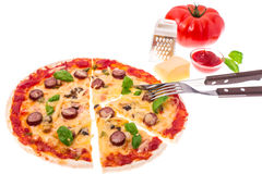Πίτσα με τα λουκάνικα και τυρί στο άσπρο υπόβαθρο Στοκ εικόνα με δικαίωμα ελεύθερης χρήσης