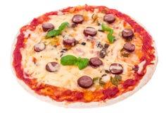 Πίτσα με τα λουκάνικα και τυρί στο άσπρο υπόβαθρο Στοκ Εικόνες