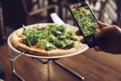 Πίτσα με τα πράσινα στοκ φωτογραφίες με δικαίωμα ελεύθερης χρήσης