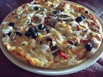 Πίτσα με τα πρόσθετα καλύμματα Στοκ φωτογραφία με δικαίωμα ελεύθερης χρήσης