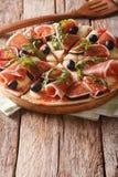 Πίτσα με τα σύκα, το ζαμπόν, το arugula, τις ελιές και το τυρί μοτσαρελών ver Στοκ εικόνες με δικαίωμα ελεύθερης χρήσης