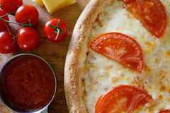 Πίτσα με την ντομάτα σε έναν ξύλινο πίνακα στοκ φωτογραφία με δικαίωμα ελεύθερης χρήσης