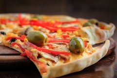 Πίτσα με τη μοτσαρέλα, μανιτάρια, ελιές και Στοκ Εικόνα