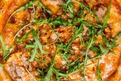 Πίτσα με τη σάλτσα κρέατος και σχαρών Στοκ Εικόνες