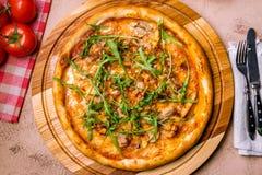 Πίτσα με τη σάλτσα κρέατος και σχαρών Στοκ εικόνα με δικαίωμα ελεύθερης χρήσης