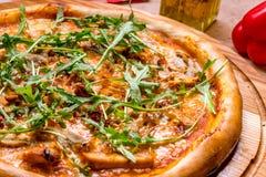 Πίτσα με τη σάλτσα κρέατος και σχαρών Στοκ Εικόνα