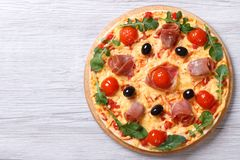 Πίτσα με τη τοπ άποψη prosciutto και arugula οριζόντια Στοκ φωτογραφία με δικαίωμα ελεύθερης χρήσης