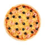 Πίτσα με τις γαρίδες και τις ελιές σε ένα άσπρο υπόβαθρο Στοκ Εικόνες
