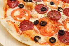 Πίτσα με τις ελιές, το λουκάνικο και τις ντομάτες Στοκ Εικόνες