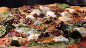 Πίτσα με τις ξηρά ντομάτες spinache και το τυρί φέτας Sho περιστροφής φιλμ μικρού μήκους