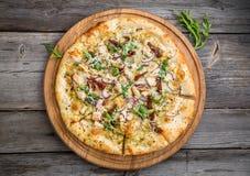 Πίτσα με τις ξηραμένες από τον ήλιο ντομάτες, το τυρί prosciutto, arugula και παρμεζάνας Στοκ φωτογραφίες με δικαίωμα ελεύθερης χρήσης