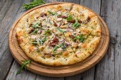 Πίτσα με τις ξηραμένες από τον ήλιο ντομάτες, το prosciutto, το arugula και την παρμεζάνα Στοκ φωτογραφία με δικαίωμα ελεύθερης χρήσης