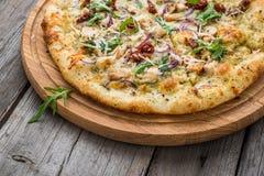 Πίτσα με τις ξηραμένες από τον ήλιο ντομάτες, το τυρί prosciutto, arugula και παρμεζάνας Στοκ εικόνα με δικαίωμα ελεύθερης χρήσης