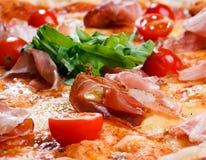 Πίτσα με το ζαμπόν, τις ντομάτες και τα πράσινα Στοκ εικόνα με δικαίωμα ελεύθερης χρήσης