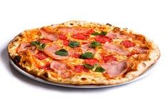 Πίτσα με το ζαμπόν, τις ντομάτες και τα πράσινα Στοκ εικόνες με δικαίωμα ελεύθερης χρήσης