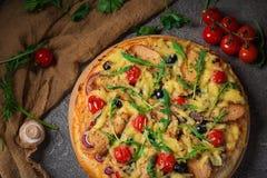 Πίτσα με το κοτόπουλο, το arugula, το τυρί και τα κρεμμύδια στον ξύλινο αγροτικό πίνακα Τοπ όψη στοκ εικόνες