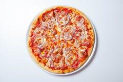 Πίτσα με το κρεμμύδι, το ζαμπόν, το τυρί και την ντομάτα Άσπρη ανασκόπηση Στοκ Εικόνες