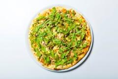 Πίτσα με το μανιτάρι και arugula σε ένα άσπρο υπόβαθρο Στοκ Εικόνα